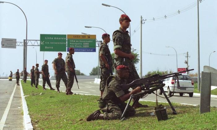 Mais de 11 mil militares participaram do esquema de segurança no Rio durante as eleições de 2002 Foto: Carlos Ivan / Agência O Globo 06-10-2002