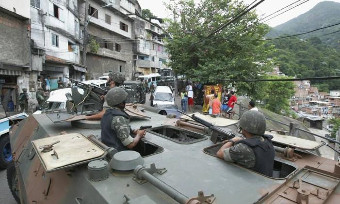 Favela da Rocinha foi cercada por 300 miltares em março de 2006, durante operação para recuperação de armas Foto: Domingos Peixoto / Agência O Globo