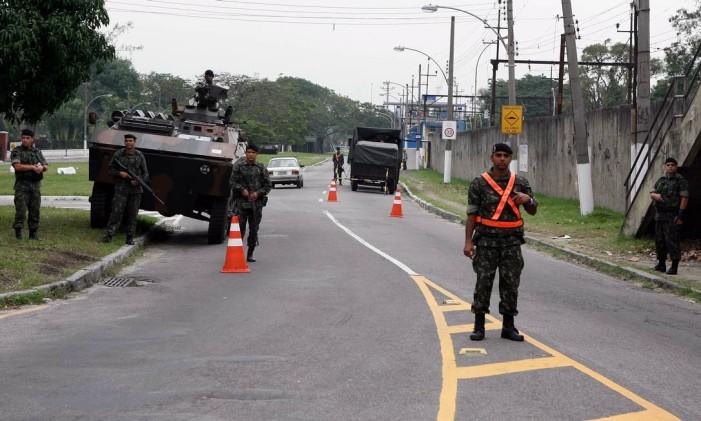 Homens do Exército fazem a segurança da estrada São pedro de Alcantara, em Deodoro. Foto: Hudson Pontes / Agência O Globo 27-07-2007