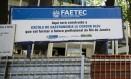 Placa informa a construção de filial da Le Cordon Bleu no Rio. Estado não tem dinheiro para concluir obra Foto: Fernando Lemos / Agência O Globo