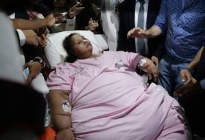 Emam Ahmed deixa hospital em Mumbai em direção a aeroporto Foto: Rafiq Maqbool / AP