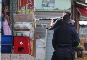 Policiais militares no Complexo do Alemão, na semana passada Foto: Fabiano Rocha / Agência O Globo