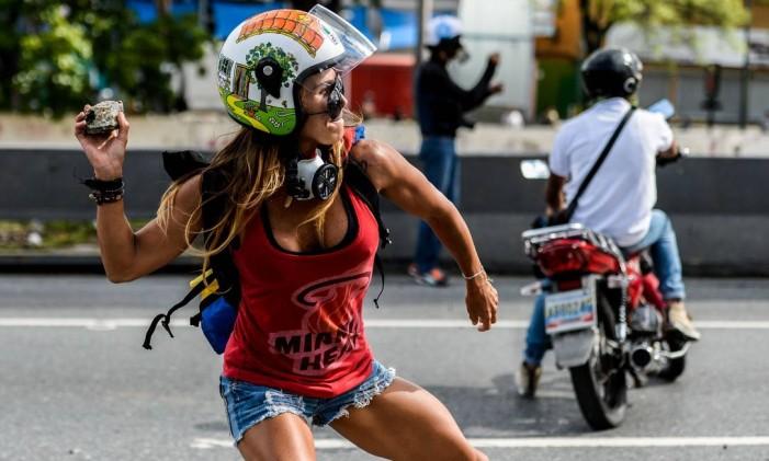 """""""Mulher Maravilha"""" protesta contra a polícia durante manifestação contra o presidente venezuelano, Nicolás Maduro Foto: FEDERICO PARRA / AFP"""