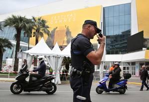 Policial faz patrulha em Cannes Foto: AP
