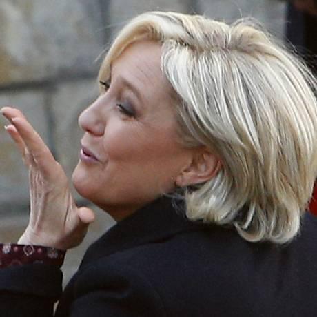 A candidata da extrema-direita francesa, Marine Le Pen, joga beijo para seus eleitores na França Foto: Michel Spingler / AP