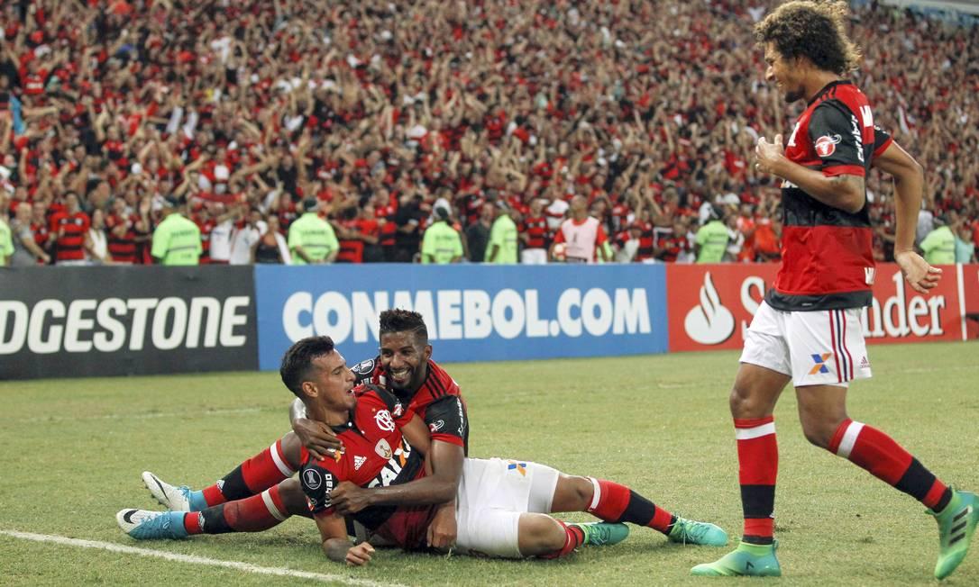 Autor do terceiro gol, Trauco é abraçado por Rodinei, que abriu o placar Alexandre Cassiano / Agência O Globo