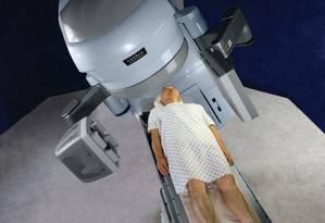 Paciente em um aparelho de radioterapia: muitos países pobres, em especial na África, não têm sequer um hospital ou clínica onde tratamento possa ser administrado Foto: Divulgação / Divulgação