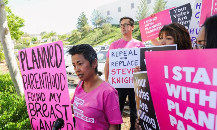 Manifestantes protestam em Los Angeles por manutenção do financiamento à Planned Parenthood Foto: ANDREW CULLEN / REUTERS
