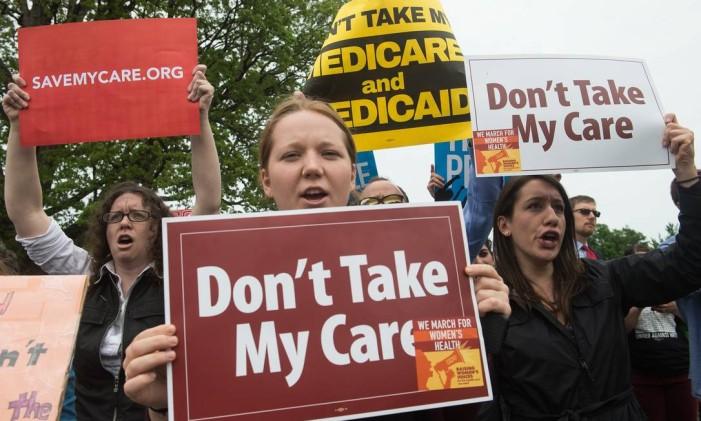 Manifestantes criticam projeto para substituir o Obamacare Foto: NICHOLAS KAMM / AFP