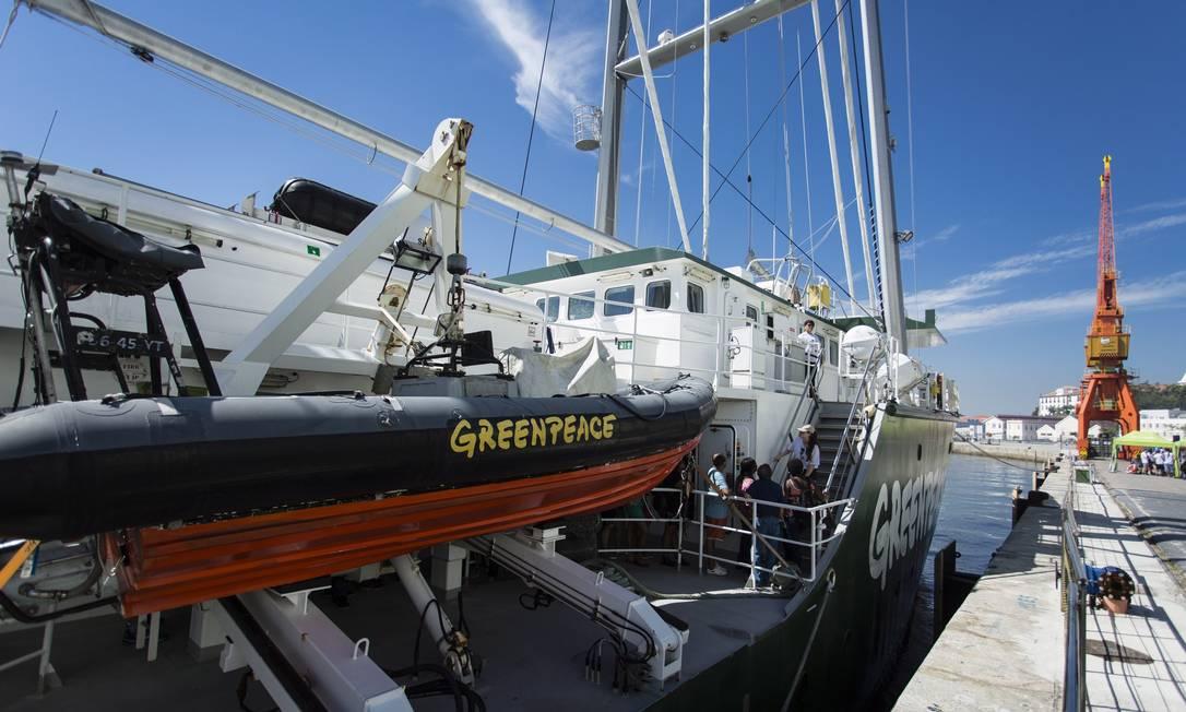 O Rainbow Warrior, um dos três barcos do Greenpeace atualmente, esteve no Rio de Janeiro em comemoração aos 25 anos da ONG Foto: Fernando Lemos / Agência O Globo