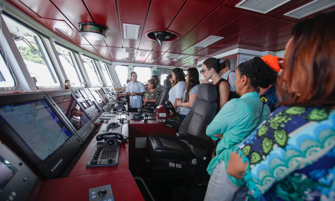 Visitantes observam centro de combando do veleiro Foto: Brenno Carvalho / Agência O Globo