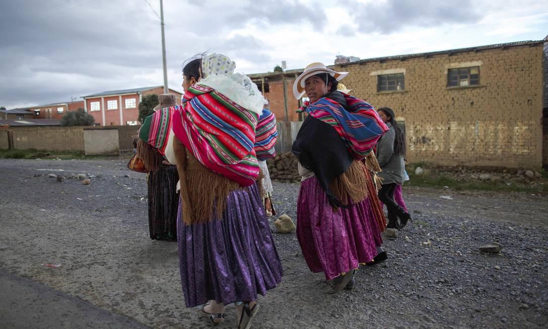 Panos coloridos sobre os ombros e chapéus de lã estão por todos os lados Foto: Daniel Marenco / Agência O Globo