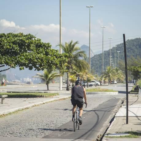 Inadequada. Faixa de asfalto no canto da pista é o espaço para os atletas Foto: Analice Paron / Agência O Globo