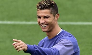Português Cristiano Ronaldo sorri no treino do Real de sexta-feira Foto: GERARD JULIEN / AFP