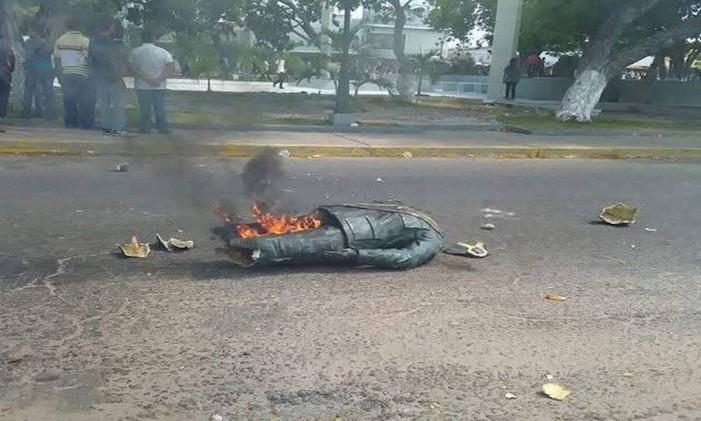 Estátua de Chávez foi destruída em Rosario de Perijá Foto: Reprodução