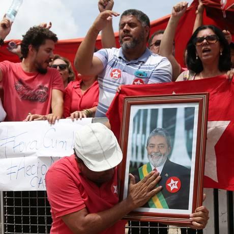 Manifestantes do PT e defensores do governo Dilma Rousseff, em frente ao Planalto, quando Lula tomaria posse como ministro da Casa Civil Foto: Michel Filho / O Globo