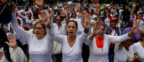 Maria Corina (no centro), uma das líderes da oposição, participou de marcha na Venezuela Foto: CARLOS GARCIA RAWLINS / REUTERS