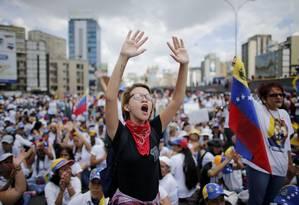 Manifestantes mulheres protestan contra governo Maduro em avenida de Caracas Foto: Ariana Cubillos / AP