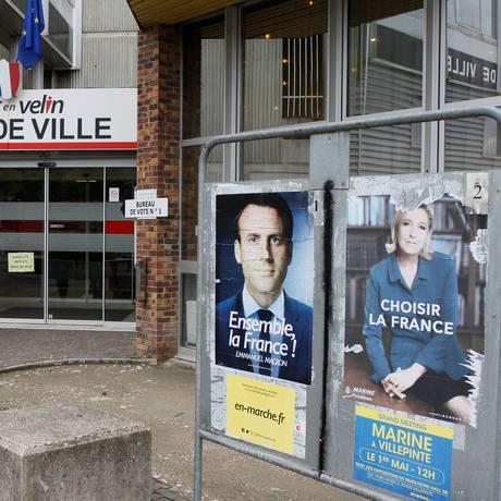 Pôsteres dos candidatos à Presidência da França na entrada de local de votação em Vaulx-en-Velin: cidae teve mais de 40% de abstenções no primeiro turno das eleições Foto: REUTERS/EMMANUEL FOUDROT