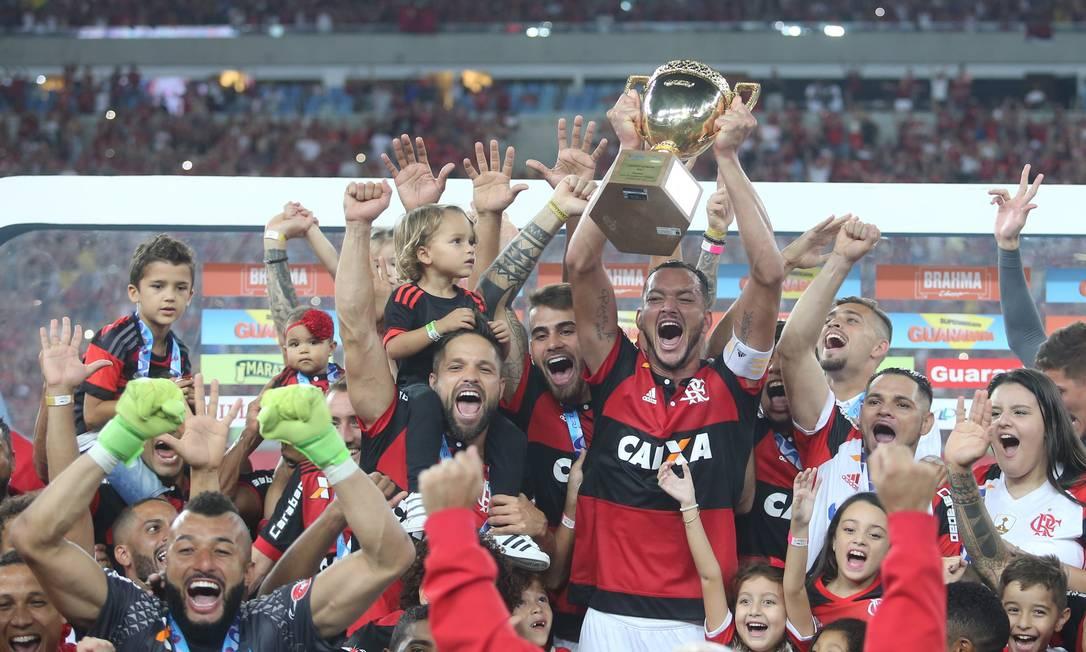 Réver ergue a taça para o Flamengo após a vitória na final sobre o Fluminense Guilherme Pinto / Agência O Globo