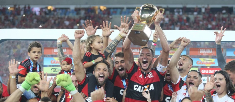 Réver ergue a taça para o Flamengo após a vitória na final sobre o Fluminense Foto: Guilherme Pinto / Agência O Globo