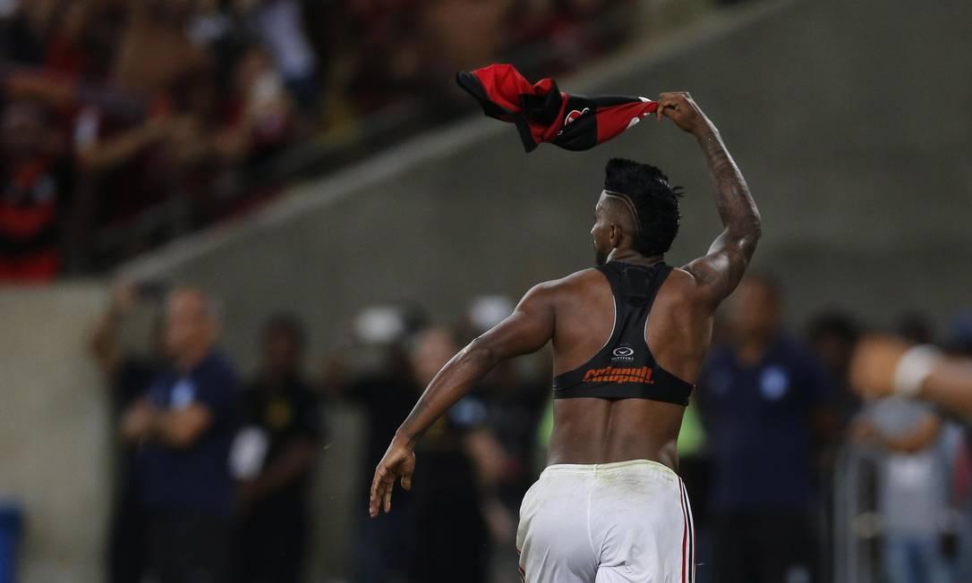 Rodinei balança a camisa e mira a torcida: lateral fez 2 a 1 e fechou o placar Alexandre Cassiano / Agência O Globo