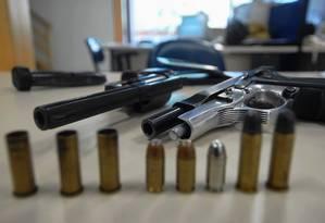 Armas e munições aprendidas pela Polícia Civil em Inhaúma; governo sofre pressão da bancada da bala Foto: J. P. Engelbrecht