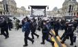 Policiais no Louvre, onde Macron discursou após a vitória: esplanada chegou a ser esvaziada após um pacote suspeito ser encontrado