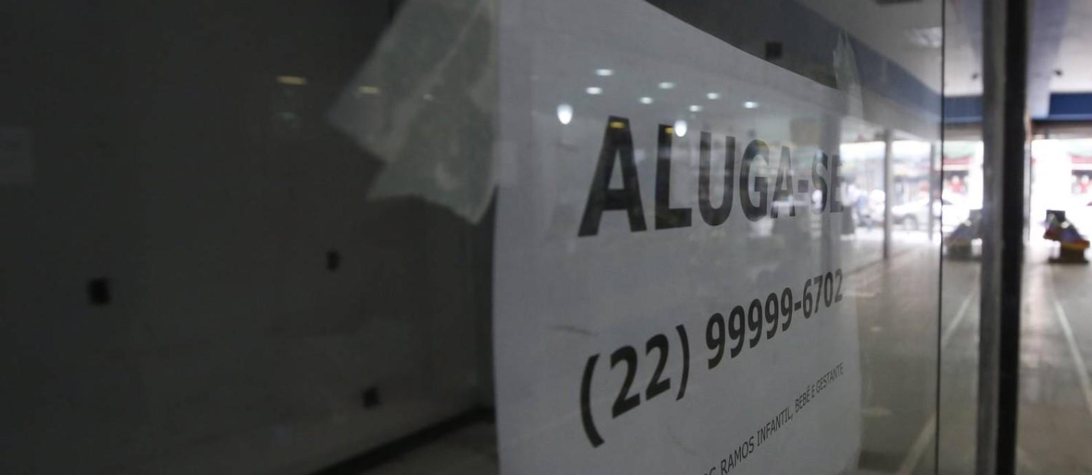 Loja fechada na cidade de Macaé, que está com obras do aeroporto fora do prazo de entrega, muitas lojas fechadas e desemprego Foto: Pablo Jacob - 02/05/2017 / Agência O Globo