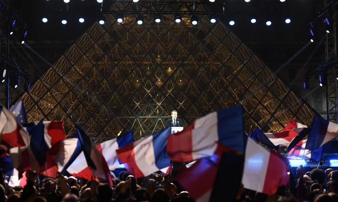 Macron faz discurso de vitória na frente da Pirâmide do Museu do Louvre, em Paris, a milhares de apoiadores Foto: ERIC FEFERBERG / AFP