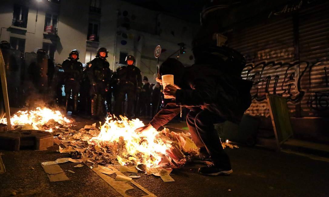 Após segundo turno, Paris teve noite de protestos violentos no distrito Menilmontant; quase 150 pessoas foram presas Foto: LARA PRIOLET / AFP