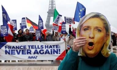 """Manifestantes celebram vitória de Macron e protestam contra discurso agressivo de Marine Le Pen; cartazes dizem """"França diz ao ódio: nunca mais!"""" Foto: PASCAL ROSSIGNOL / REUTERS"""