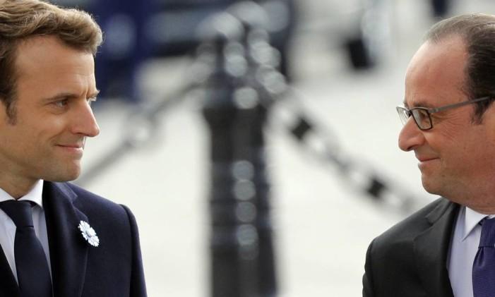 O presidente eleito na França, Emmanuel Macron, e o atual presidente, François Hollande, participam de uma cerimônia que marca o fim da Segunda Guerra Mundial no Arco do Triunfo, em Paris Foto: Philippe Wojazer / AP