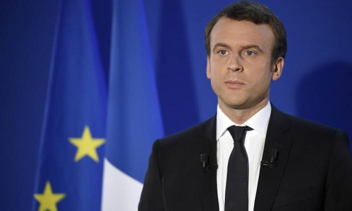 O futuro presidente francês, Emmanuel Macron, fala depois de sua vitória no primeiro turno, em Paris Foto: Lionel Bonaventure / AP