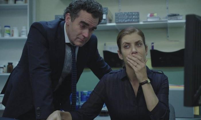 Olivia (Kate Walsh) e Andy Baker (Brian d'Arcy James) em '13 reasons why' Foto: Divulgação