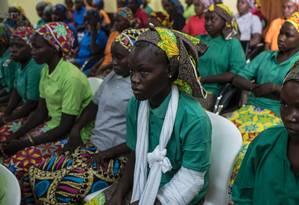 Resgatadas, meninas de Chibok são recebidas por autoridades nigerianas Foto: STEFAN HEUNIS / AFP
