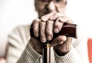 Apoio essencial: tremores são os sintomas mais conhecidos do Parkinson, que também provoca lentidão nos movimentos e rigidez muscular, com consequente perda do equilíbrio Foto: Shutterstock