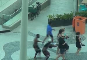 Ladrões se aproveitavam de distração das vítimas para praticar os crimes. Dois menores foram apreendidos Foto: Reprodução / TV Globo