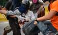 Manifestante da oposição é ferido em confrontos com a polícia durante protestos contra o presidente Nicolás Maduro