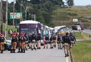 Polícia revista bagagens de integrantes do MST que chegam a Curitiba para apoiar o ex-presidente Lula Foto: Theo Marques / Fotoarena