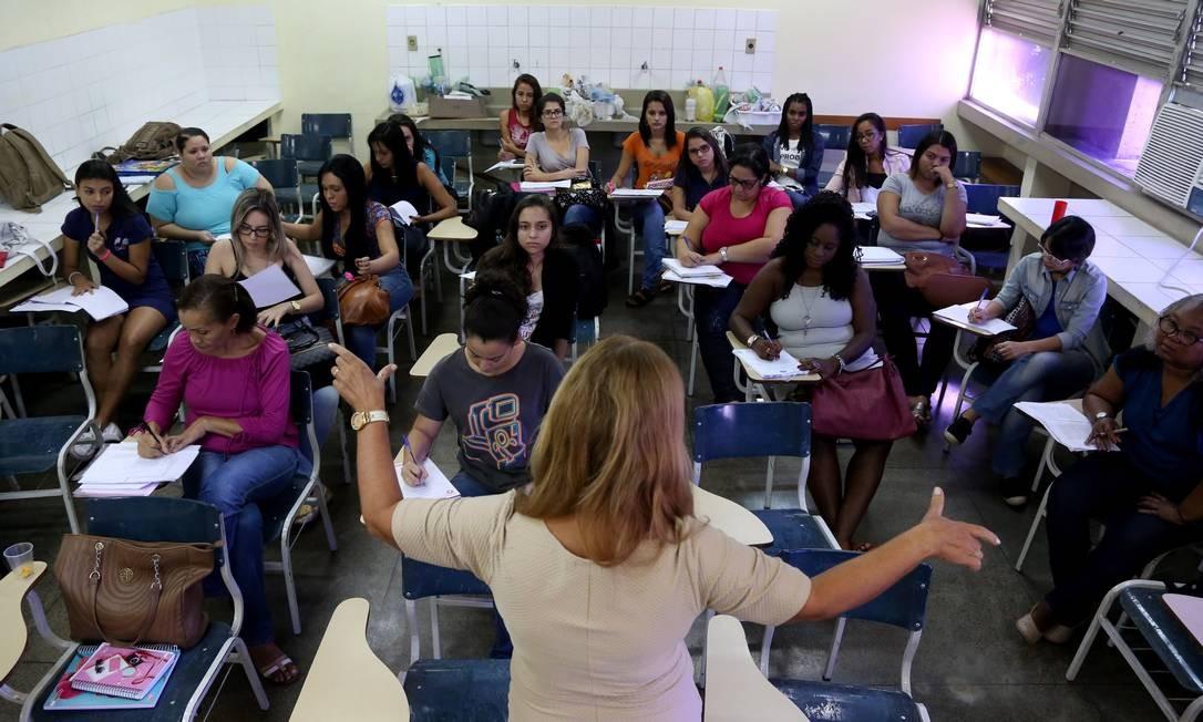 Cadeiras vazias em sala de aula da Faculdade de Educação da Baixada Fluminense: sem dinheiro, alguns alunos não têm ido às aulas Foto: Custódio Coimbra / Agência O Globo