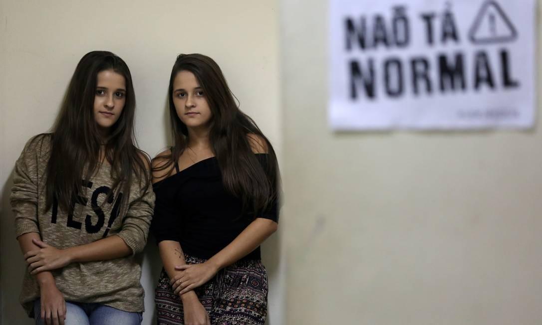 As gêmeas Carolina e Clarissa Lima estão matriculadas na Uerj e numa universidade particular, onde cursam matemática: elas moram ao lado do campus, na Baixada, mas estão desanimadas com o ritmo lento da instituição pública Foto: Custódio Coimbra / Agência O Globo
