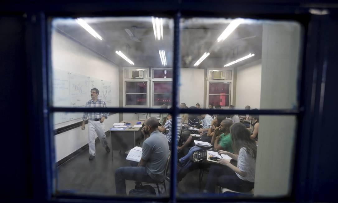 Aulas no campus Maracanã: em alguns cursos da unidade, como o de serviço social, a sala não fica tão cheia, pois apenas 40% dos alunos estão frequentando a universidade Foto: Domingos Peixoto / Agência O Globo