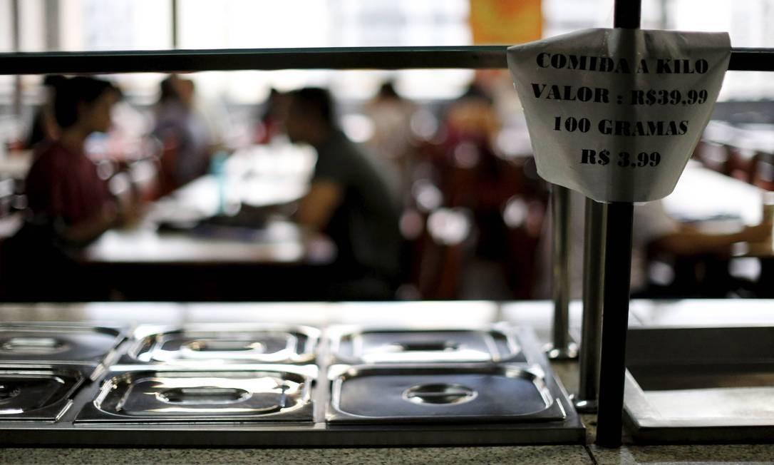 Valor da refeição pesa no bolso dos estudantes: restaurante universitário permanece fechado Foto: Domingos Peixoto / Agência O Globo
