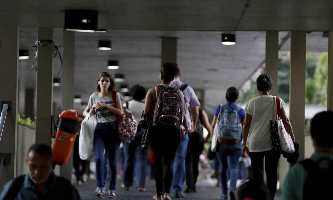 Movimento é aparentemente normal no Maracanã, mas estudantes reclamam da instabilidade e da possibilidade de novas greves na universidade Foto: Domingos Peixoto / Agência O Globo