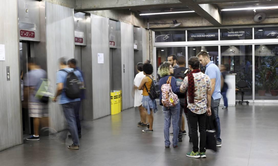 Fila no hall de elevadores: alguns equipamentos estão em manutenção Foto: Domingos Peixoto / Agência O Globo