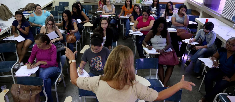 Professora dá aula para turma de pedagogia da Uerj, na Faculdade de Educação da Baixada Fluminense Foto: Custódio Coimbra / Agência O Globo