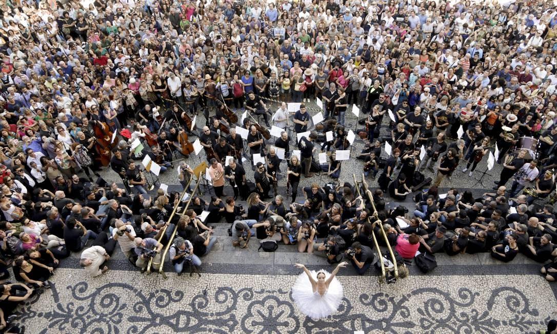 Músicos e bailarinos do Teatro Municipal se apresentam em frente à casa como protesto pelos salários atrasados Foto: Gabriel de Paiva