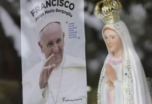 Loja na cidade de Fátima exibe pôster de Francisco e estatueta de Nossa Senhora de Fátima Foto: Armando Franca / AP