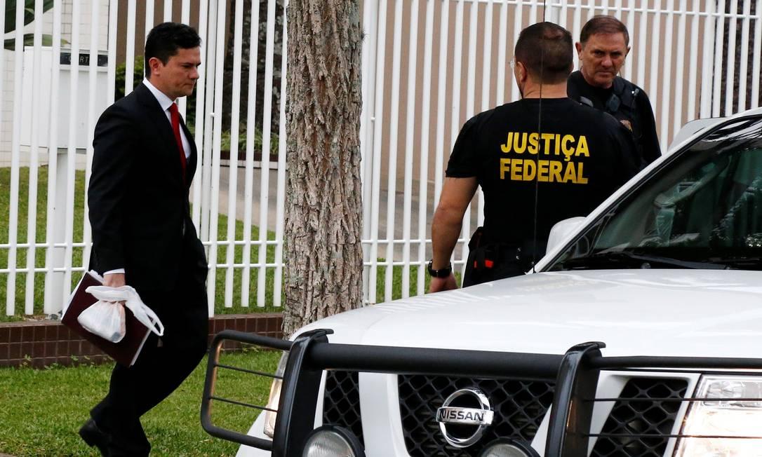 O juiz Sergio Moro deixa sua residência para se dirigir ao local onde interrogará o ex-presidente Lula RODOLFO BUHRER / REUTERS